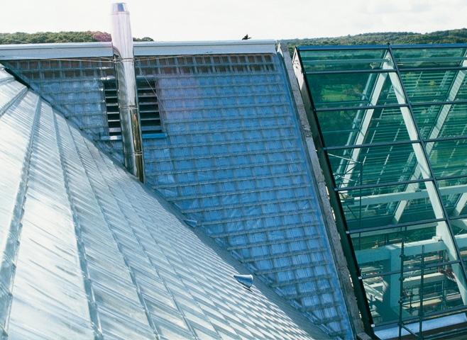 LA-ROCHERE-Tuiles-de-verre-Fondation-Cognac-Jay-Rueil-Malmaison-par-Jean-Nouvel