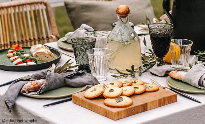 Table d'été avec la tasse Zinc